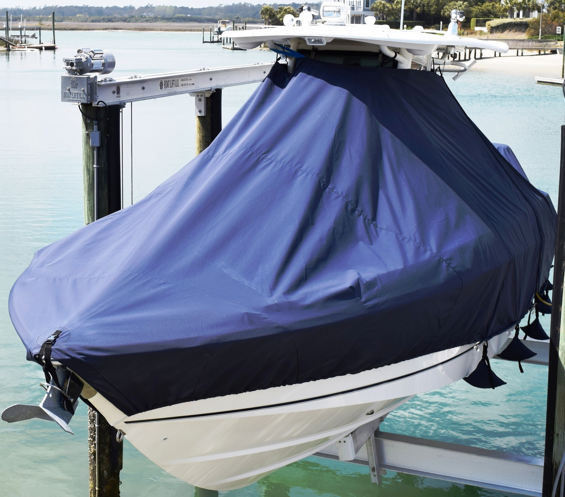 Boston Whaler Outrage 280, 20xx, TTopCovers™ T-Top boat cover Sand Bags On Lift, port front