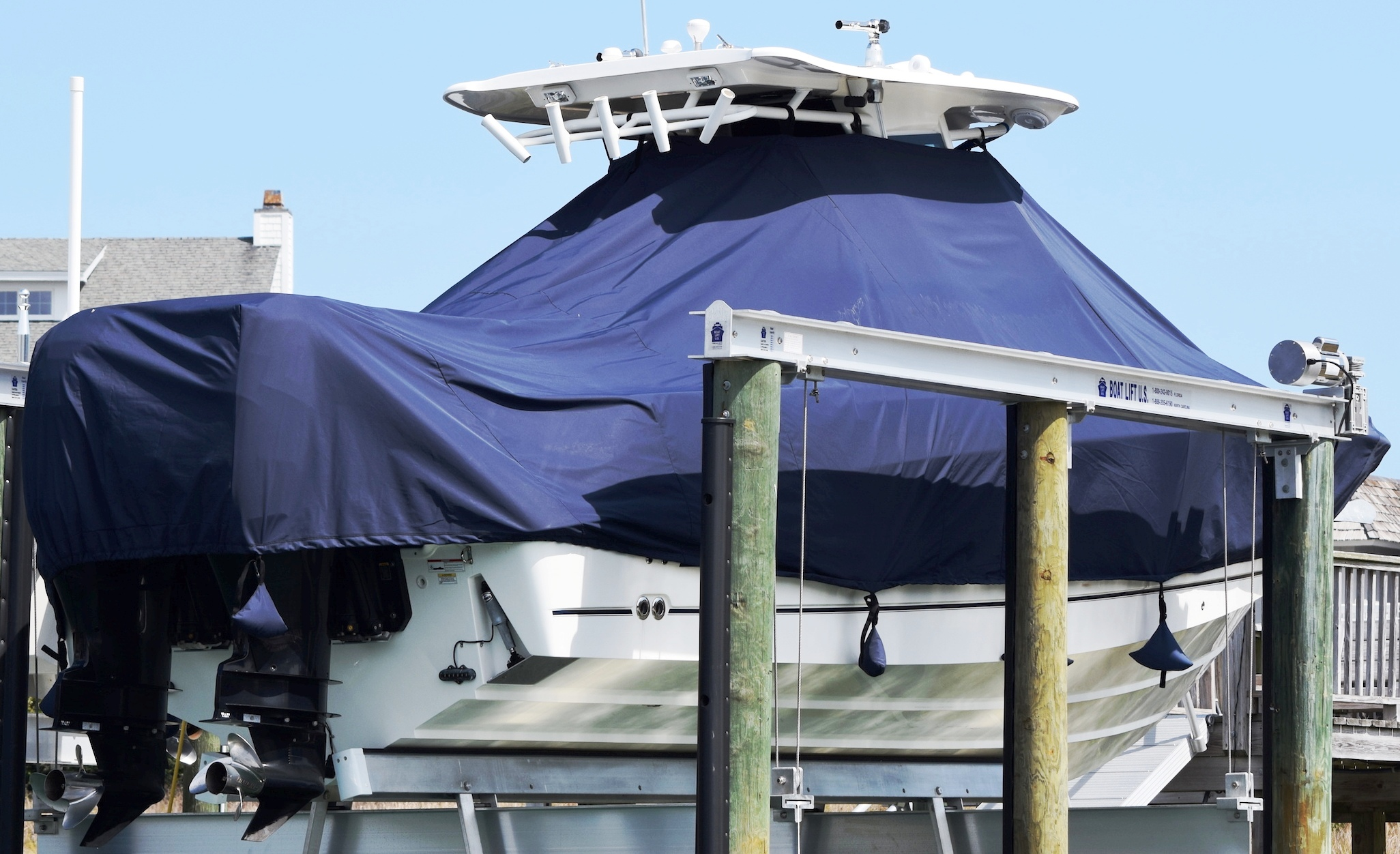 Boston Whaler Outrage 280, 20xx, TTopCovers™ T-Top boat cover Sand Bags On Lift, starboard rear