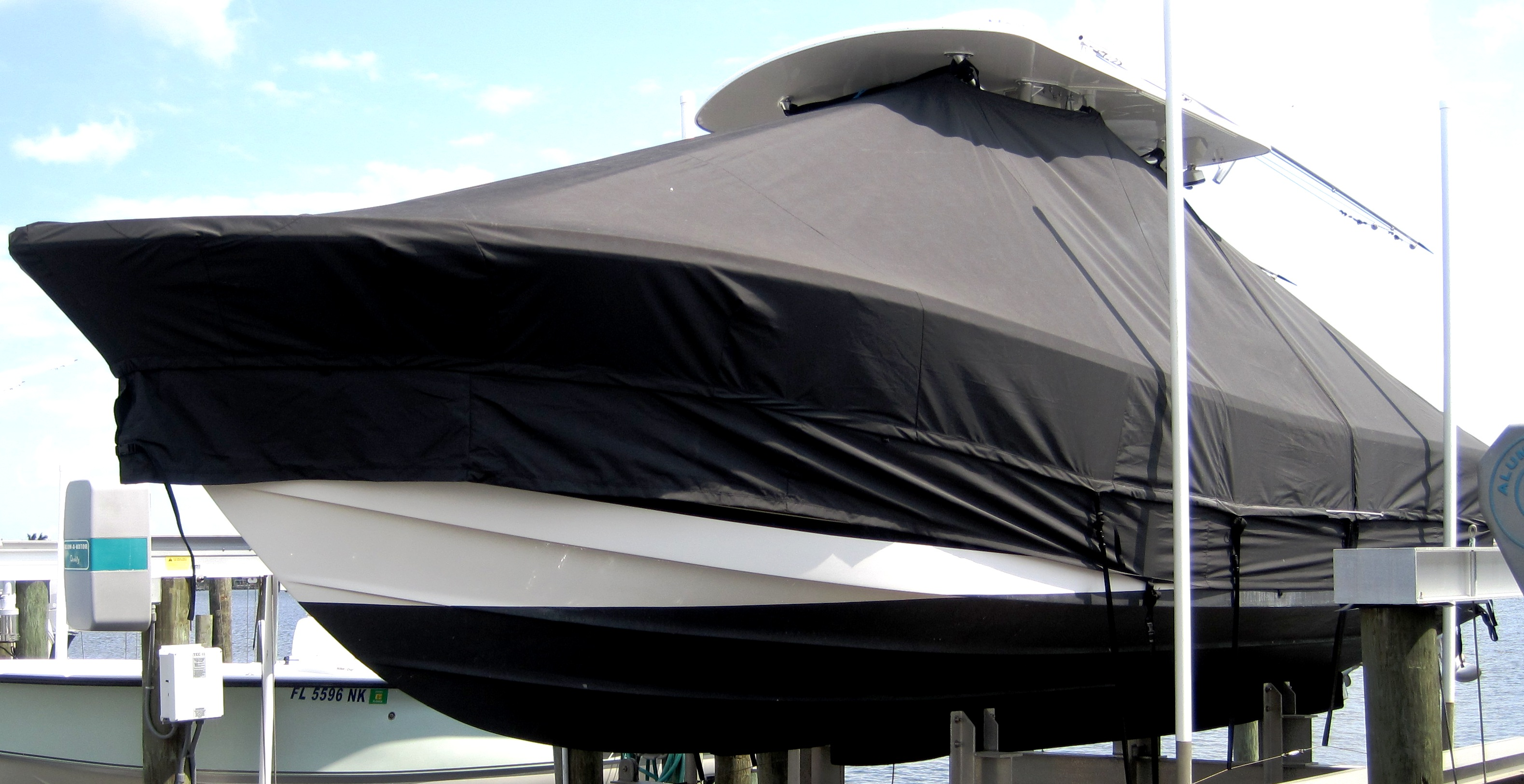 Regulator 26FS, 20xx, TTopCovers™ T-Top boat cover Extended Side Skirts, port front